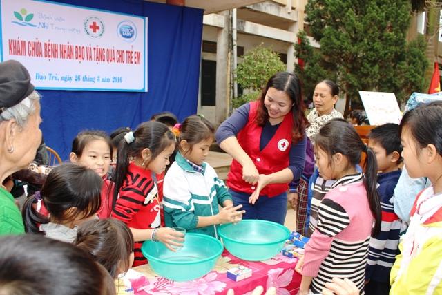 Vĩnh Phúc: Hơn 200 em học sinh tiểu học được khám bệnh cấp thuốc miễn phí