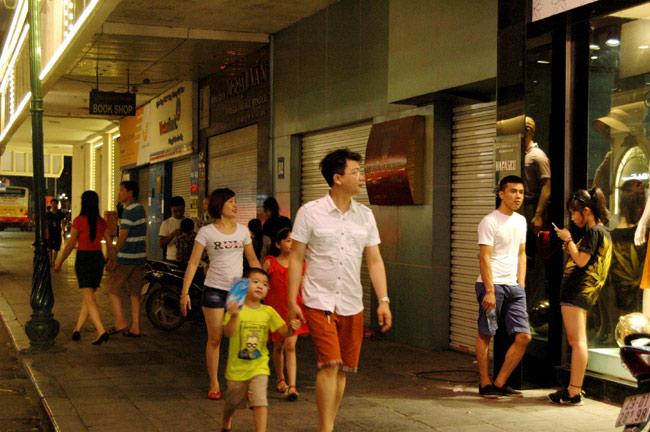 Dịp nghỉ lễ, người dân Hà Nội chọn vui chơi, thư giãn một số điểm tại Thủ đô