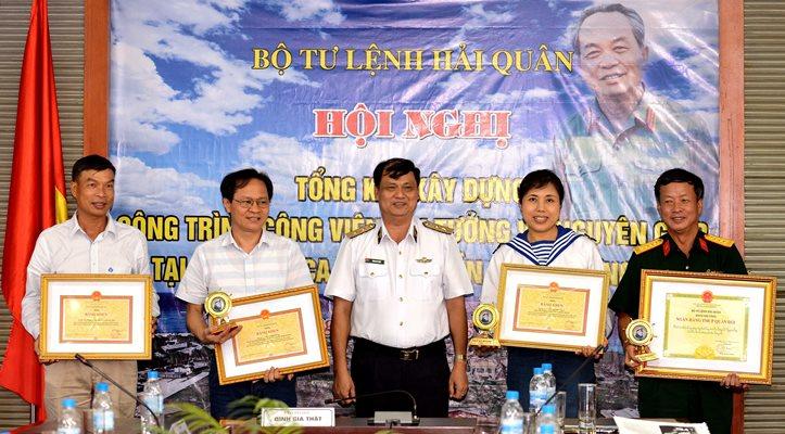 Bộ Tư lệnh Hải quân khen thưởng các nghệ sỹ và tập thể thi công công trình Công viên Đại tướng Võ Nguyên Giáp ở Trường Sa