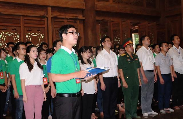 100 thủ khoa xuất sắc Thủ đô báo công tại đền thờ Bác và trồng cây xanh tại Đền Và
