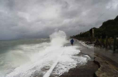 Rãnh áp thấp gây mưa dông, gió giật mạnh khu vực Bắc Biển Đông và Vịnh Bắc Bộ