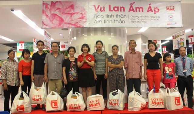 Hà Nội: Trao tặng 50 suất quà cho các gia đình có hoàn cảnh khó khăn