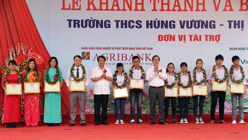 Đồng chí Nguyễn Văn Bình trao thưởng cho giáo viên và học sinh xuất sắc thị xã Phú Thọ