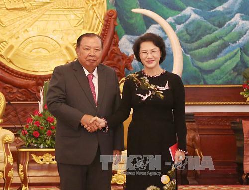 Chủ tịch Quốc hội Nguyễn Thị Kim Ngân chào Tổng Bí thư, Chủ tịch nước Lào Bounnhang Volachith
