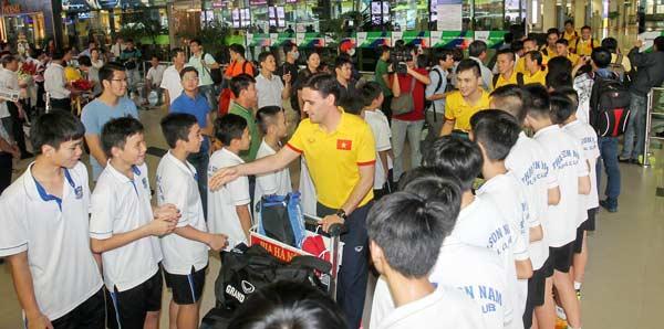 Người hâm mộ hân hoan chào đón Đội tuyển Futsal Việt Nam thi đấu thành công về nước