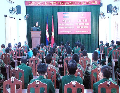 Quân khu 5 tập huấn kỹ thuật cho cán bộ, sĩ quan Quân đội Hoàng gia Campuchia