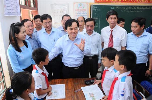 Bộ GD&ĐT hỗ trợ gần 1,5 tỷ đồng và các thiết bị giảng dạy cho các tỉnh miền Trung