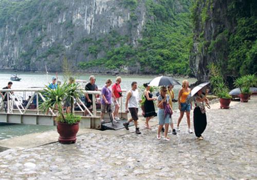 Quảng Ninh: 2 triệu lượt khách quốc tế đến thăm Vịnh Hạ Long trong 9 tháng