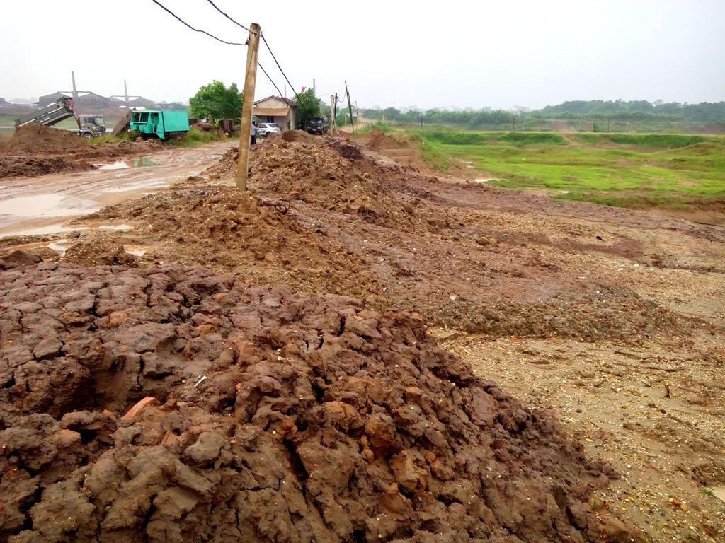 """Hà Nội: Phế thải xây dựng đang """"nuốt"""" dần bãi sông Hồng"""
