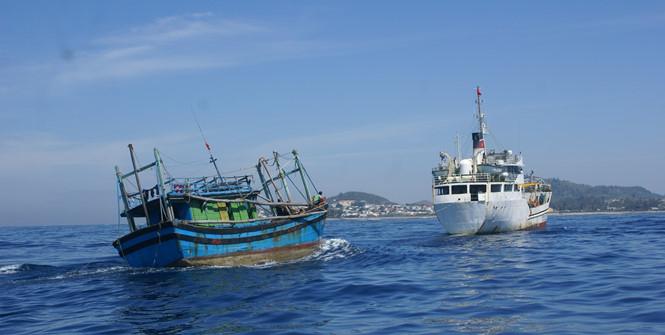 Quảng Ngãi: Khẩn trương cứu 11 ngư dân trên tàu cá bị hỏng máy ngoài biển