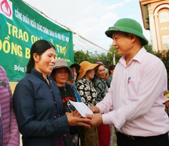 NHCSXH trao hơn 2.100 suất quà cứu trợ bà con vùng lũ miền Trung