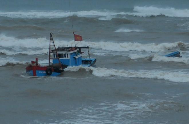 Quảng Ngãi: Cứu sống hai ngư dân trên tàu cá bị chìm