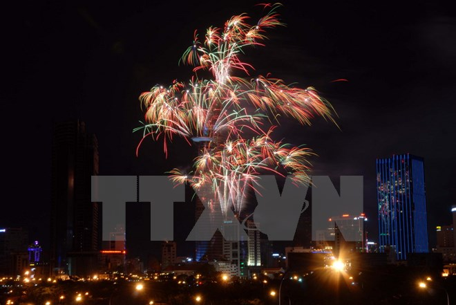 Thành phố Hồ Chí Minh bắn pháo hoa trong dịp Tết 2017