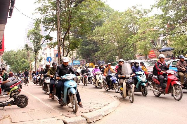 Hà Nội: Hàng loạt phương tiện giao thông ngang nhiên đi trên hè phố