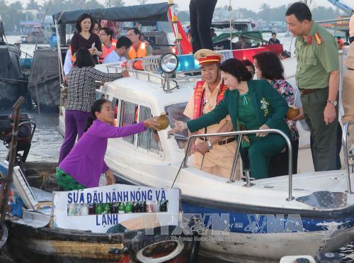 Chủ tịch Quốc hội Nguyễn Thị Kim Ngân tiếp xúc cử tri Quân khu 9