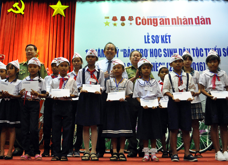 Phó Thủ tướng Trương Hòa Bình trao học bổng cho học sinh dân tộc thiểu số