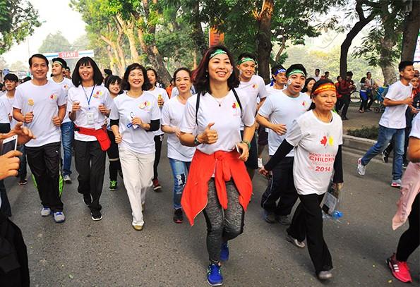 """Gần 10.000 người tham gia cuộc """"Chạy vì trẻ em Hà Nội"""""""