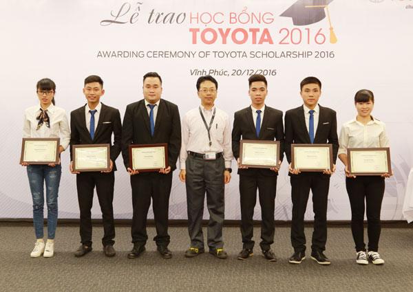 Công ty ô tô Toyota Việt Nam trao học bổng cho sinh viên xuất sắc năm 2016