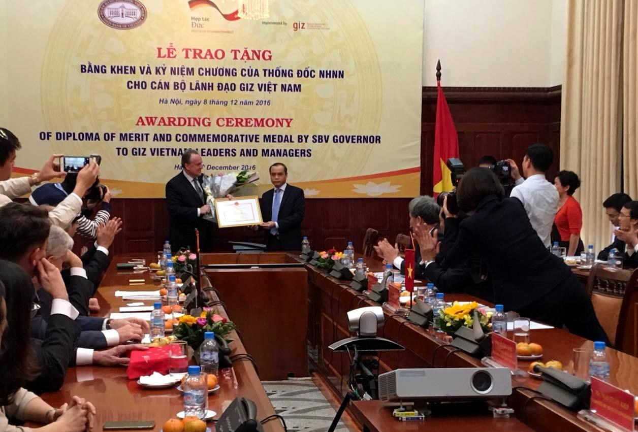 Tặng Bằng khen và Kỷ niệm chương Vì sự nghiệp ngân hàng Việt Nam cho cán bộ lãnh đạo GIZ Việt Nam