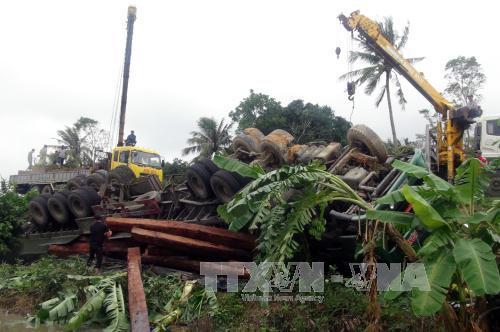 Phú Yên: Xe tải chở hàng chục tấn gỗ bị lật ngửa