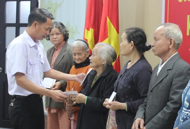 Tiếp nhận ủng hộ Tết vì người nghèo, gia đình chính sách