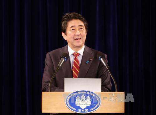 Thủ tướng Nhật Bản Shinzo Abe họp báo nhân chuyến thăm chính thức Việt Nam