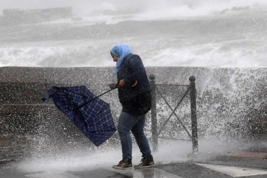 Pháp: Bão mạnh khiến hàng chục nghìn hộ gia đình bị mất điện