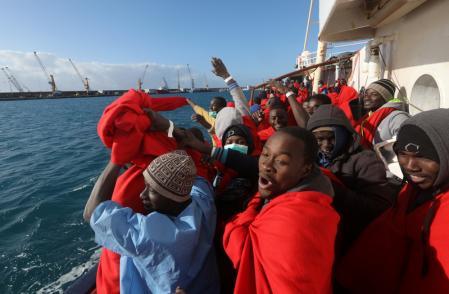Hơn 800 người di cư được cứu ngoài khơi bờ biển Libya