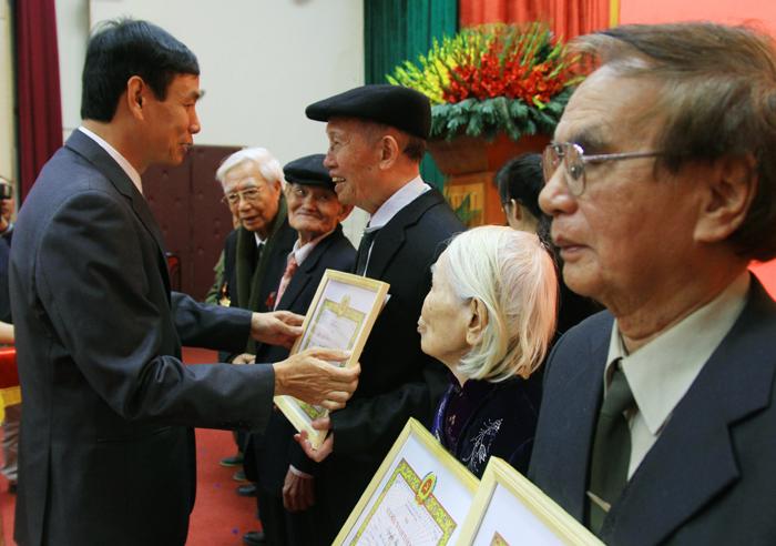 Trao Huy hiệu Đảng đợt 3/2 cho hơn 700 đảng viên lão thành