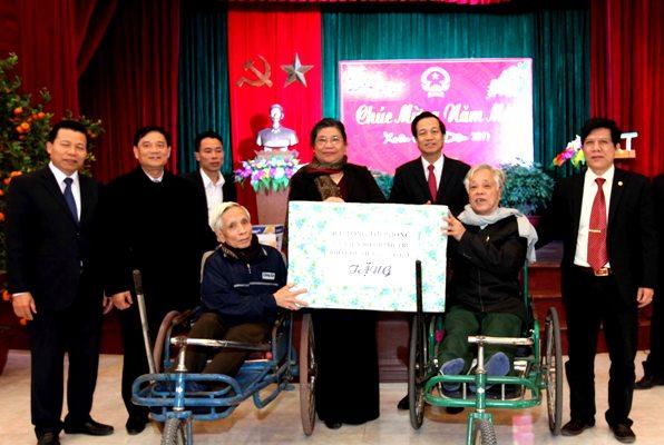 Phó Chủ tịch Thường trực Quốc hội Tòng Thị Phóng thăm, tặng quà thương bệnh binh tại Bắc Ninh