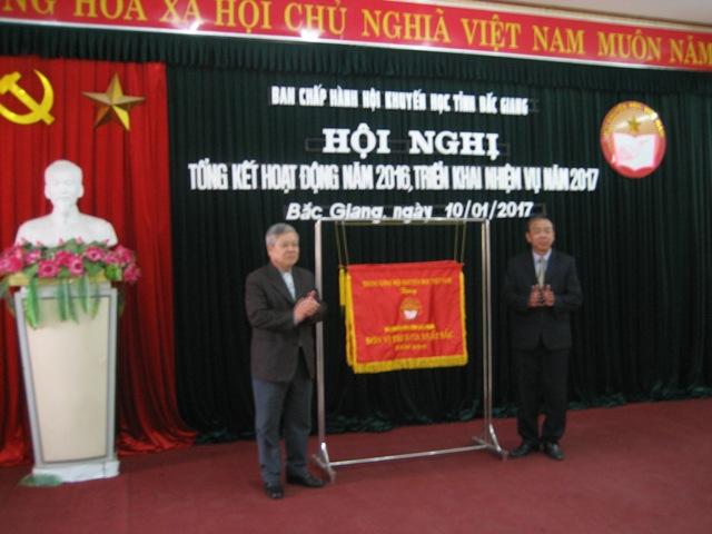 Hội Khuyến học tỉnh Bắc Giang được tặng cờ thi đua xuất sắc 20 năm liên tục