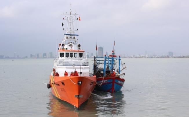Cứu hộ thành công tàu cá và 6 ngư dân bị nạn trên vùng biển Hoàng Sa