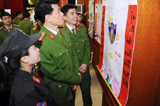 Chiến sĩ Cảnh sát cơ động Thủ đô tranh tài ở Hội thi báo tường mừng Đảng, mừng Xuân