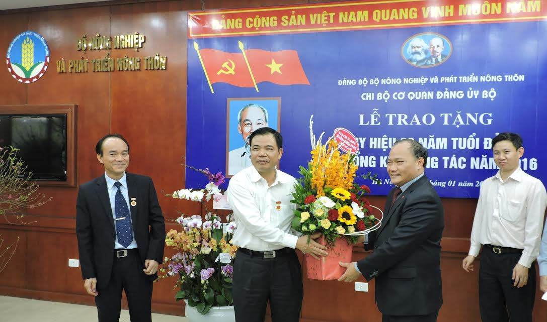 Bộ trưởng Bộ NN&PTNT Nguyễn Xuân Cường nhận Huy hiệu 30 năm tuổi Đảng