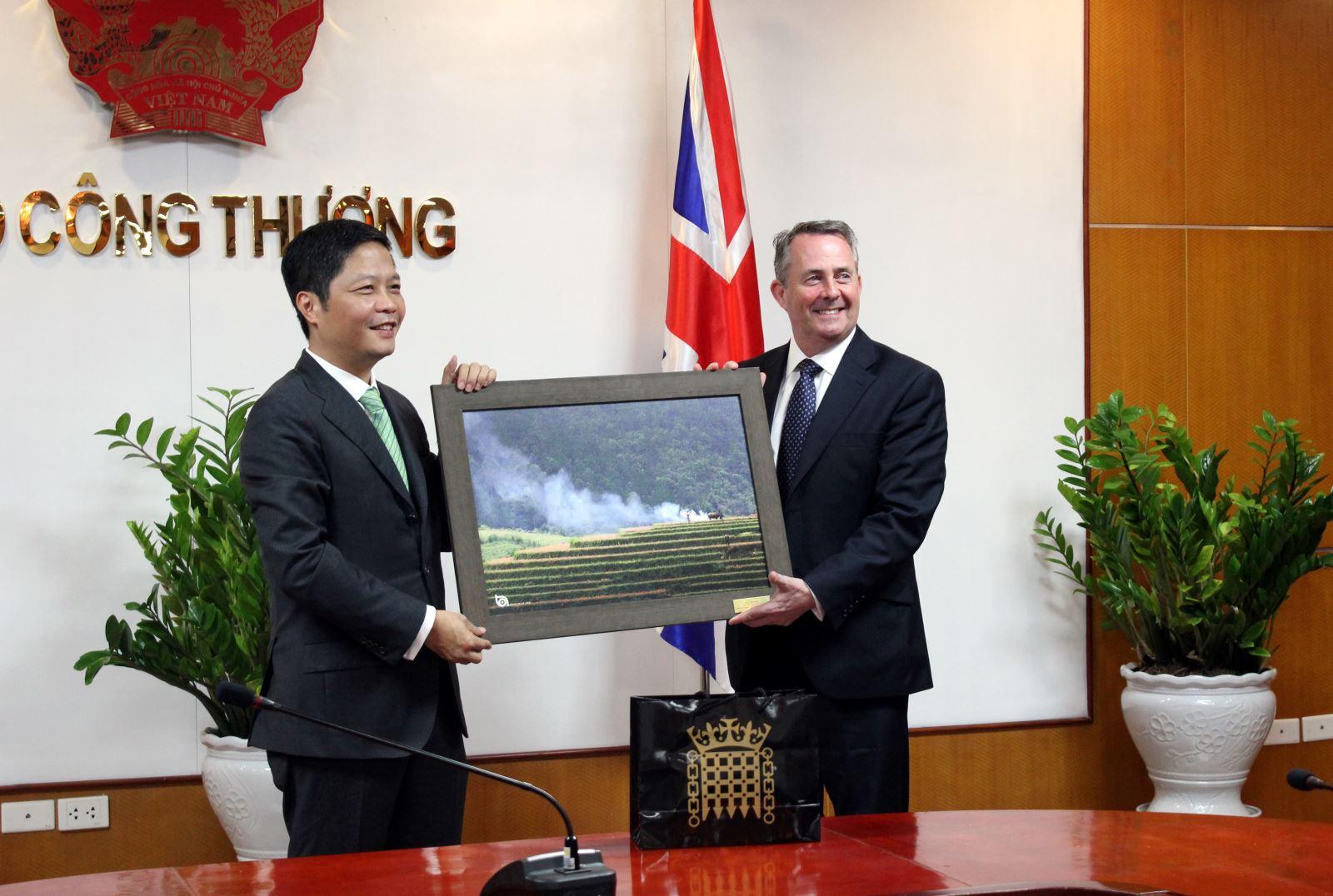 Bộ trưởng Trần Tuấn Anh tiếp Bộ trưởng Thương mại quốc tế Vương quốc Anh