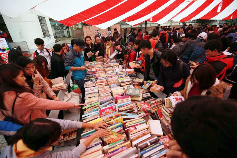 Hội chợ sách cũ Hà Nội tại Văn Miếu - Quốc Tử Giám