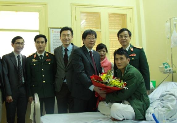 Thăm, tặng quà bệnh nhân và kíp mổ thành công ca ghép phổi đầu tiên tại Việt Nam