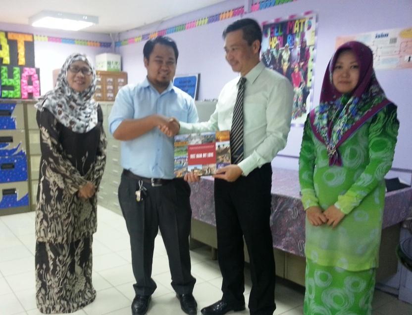 Đại sứ quán Việt Nam trao tặng sách cho Thư viện quốc gia Brunei