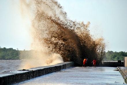 Kè Gành Hào vẫn tiếp tục bị sóng đe dọa