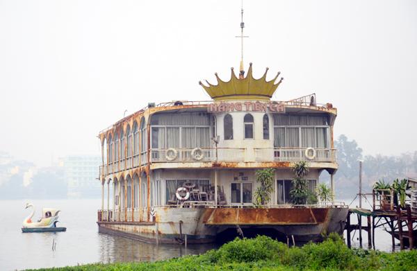 """Hà Nội: Du thuyền, nhà nổi """"làm ngơ"""" trước lệnh di dời khỏi hồ Tây"""
