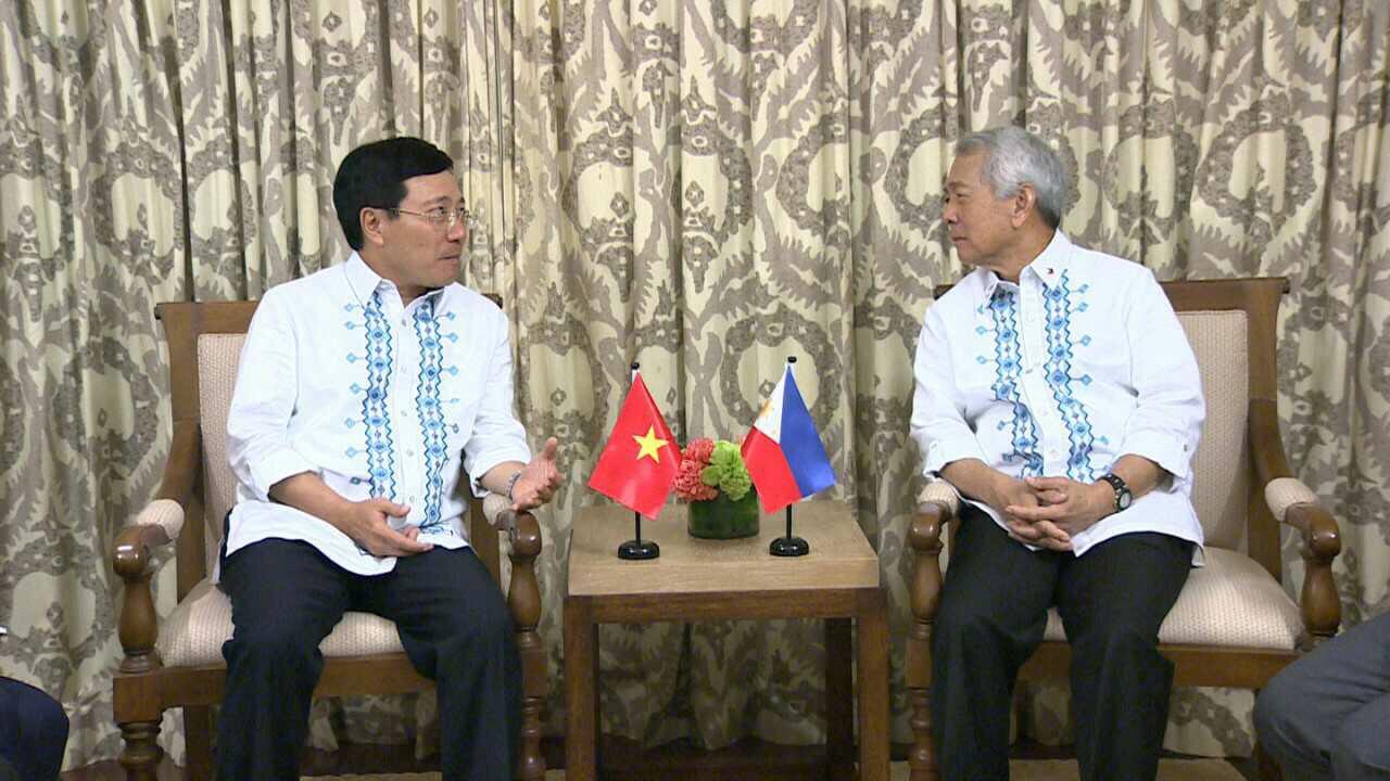 Phó Thủ tướng, Bộ trưởng Ngoại giao Phạm Bình Minh tiếp xúc song phương với Bộ trưởng Ngoại giao Phi-líp-pin