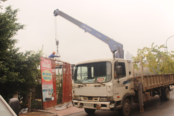 Hà Nội: Cưỡng chế tháo dỡ cầu dẫn công trình xây dựng trái phép tại Hồ Tây
