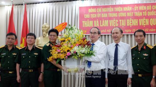 Chủ tịch Ủy ban Trung ương MTTQ Việt Nam Nguyễn Thiện Nhân thăm, chúc mừng cán bộ, nhân viên y tế tại TP Hồ Chí Minh
