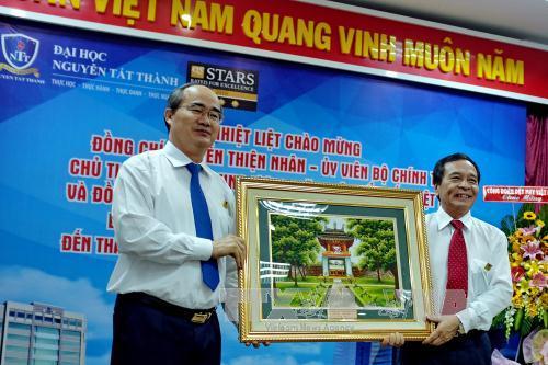 Chủ tịch Ủy ban Trung ương MTTQ Việt Nam Nguyễn Thiện Nhân chúc mừng cán bộ ngành y