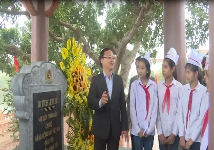 Đồng chí Đỗ Tiến Sỹ,Bí thư Tỉnh ủy Hưng Yên  dâng hoa tại khu di tích lịch sử