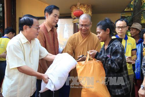 Cộng đồng người Việt Nam tại Lào thể hiện tình đoàn kết trong Tết Nguyên tiêu