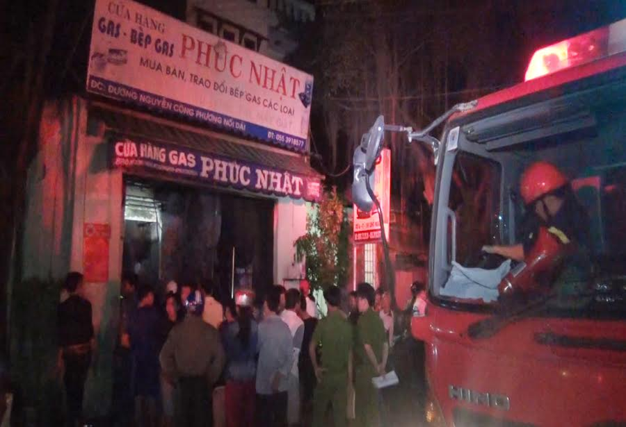 Quảng Ngãi: Cháy lớn lúc nửa đêm, thiêu rụi 1 cửa hàng gas