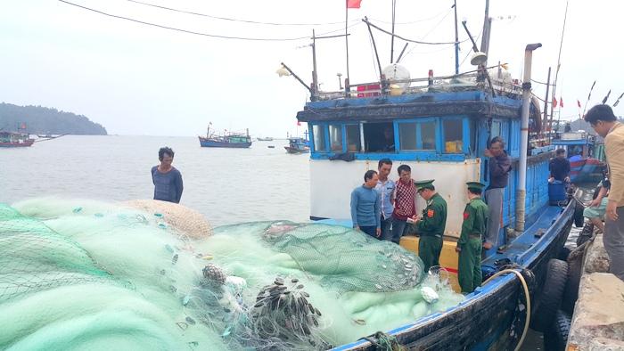 Quảng Ngãi: Cứu 7 ngư dân bị nạn vào bờ an toàn