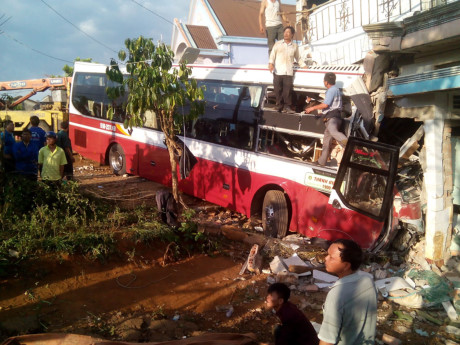 Lâm Đồng: Xe khách gặp nạn, ít nhất 2 người chết và nhiều người bị thương