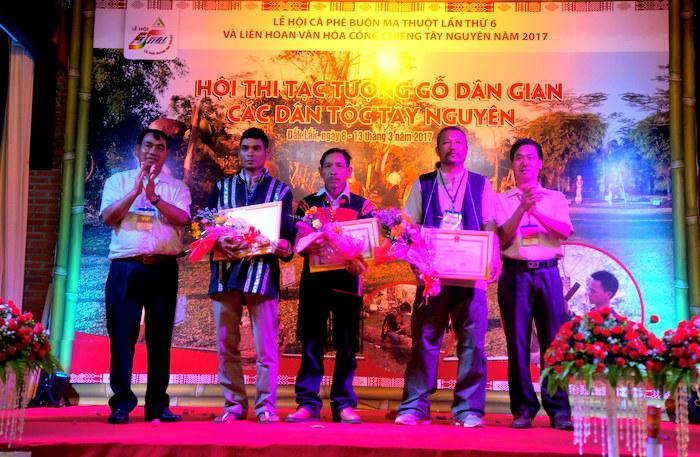 Đắk Lắk: Trao giải Hội thi tạc tượng gỗ dân gian các dân tộc Tây Nguyên mở rộng năm 2017
